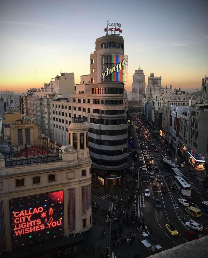 6 lugares para hacer fotos perfectas en Madrid - El inconfundible neón del edificio Carrión